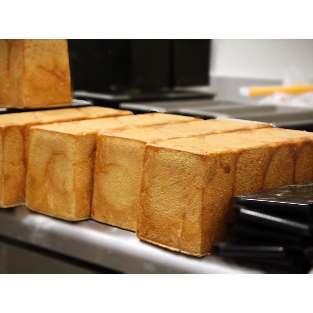 本日も人気の食パン 角食、山型食パン   OPAN オパン 東京 笹塚のパン屋