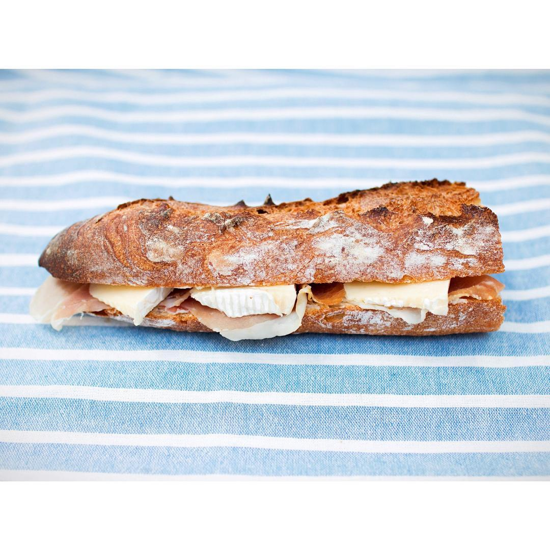 生ハムとチーズのバゲットサンドイッチ