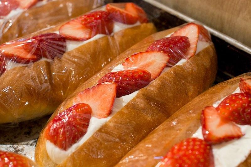 季節限定のフルーツサンド「イチゴとあんこのサンド」他、コッペサンドをたくさんご用意しております(2020.03.06)