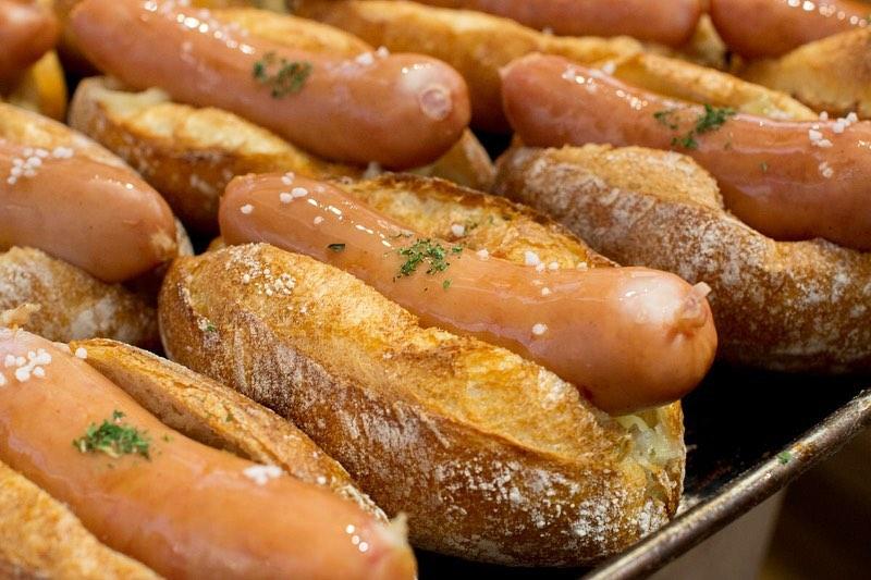 本日も、オパンドッグ、ミルクフランス、カヌレほか焼き立てパンを豊富にご用意してお待ちしております(2020.04.10)