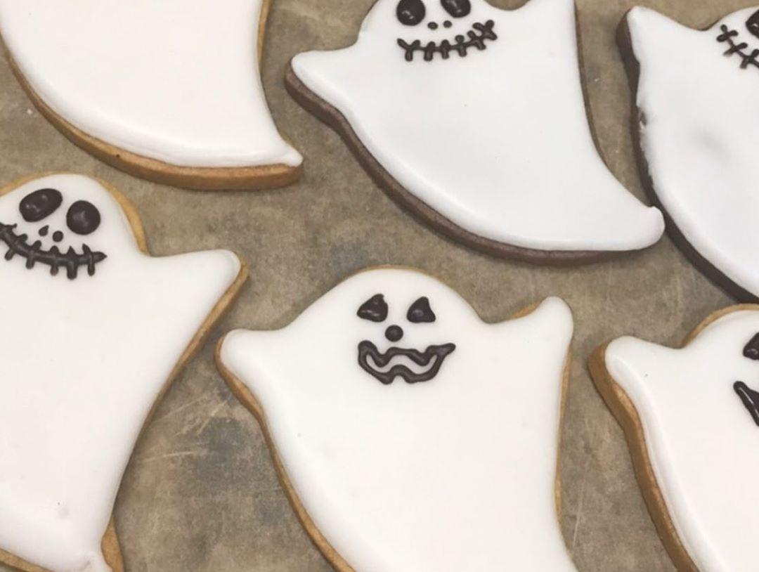 ハロウィン当日ご来店のお子様にクッキーを差し上げています(2020.10.29)