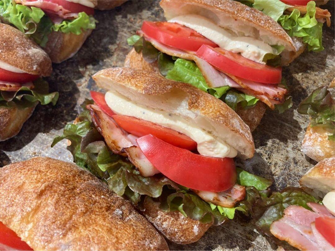 水曜日限定チャパタサンド「豚バラとカマンベールとリンゴのサンド」と「BLT」をたくさんご用意しております(2020.11.11)