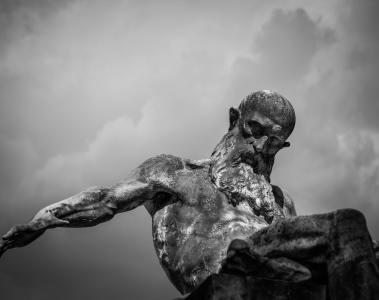 Statue d'un homme barbu en pierre