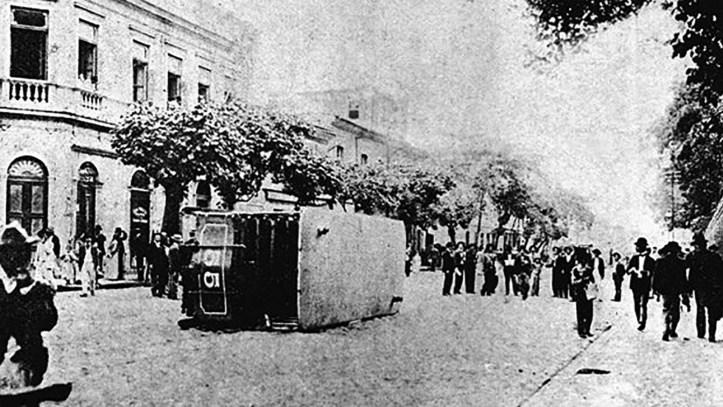Bonde_virado_durante_a_Revolta_da_Vacina,_Novembro_de_1904