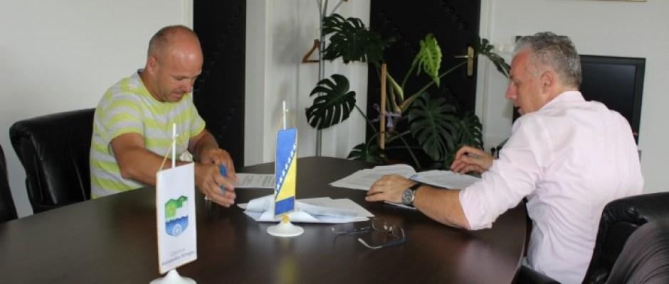 Potpisan ugovor za radove na sanaciji i rekonstrukciji dijela lokalnih cesta vrijedan skoro 90 hiljada KM