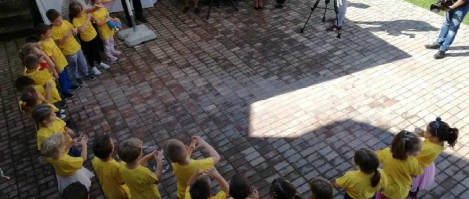 U bosanskokrupskom vrtiću svečano otvoreno igralište koje su donirali Raiffeisen banka i Western Union