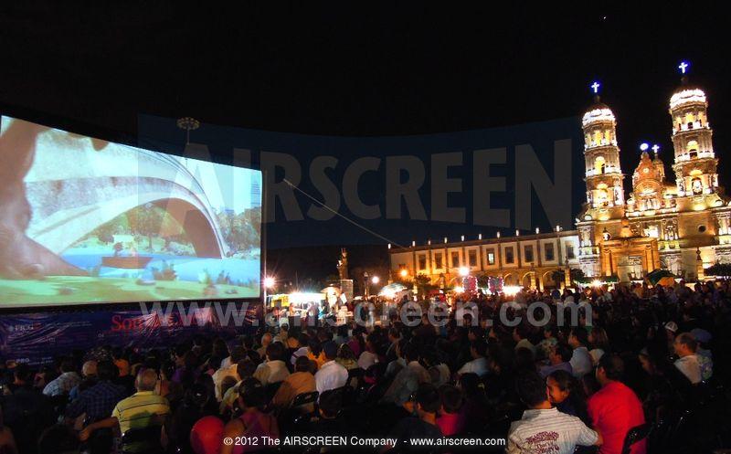 Open-Air-Kino mit aufblasbarer Leinwand
