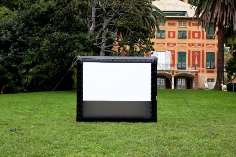Ideal: aufblasbare Leinwand für großes Kino im Garten