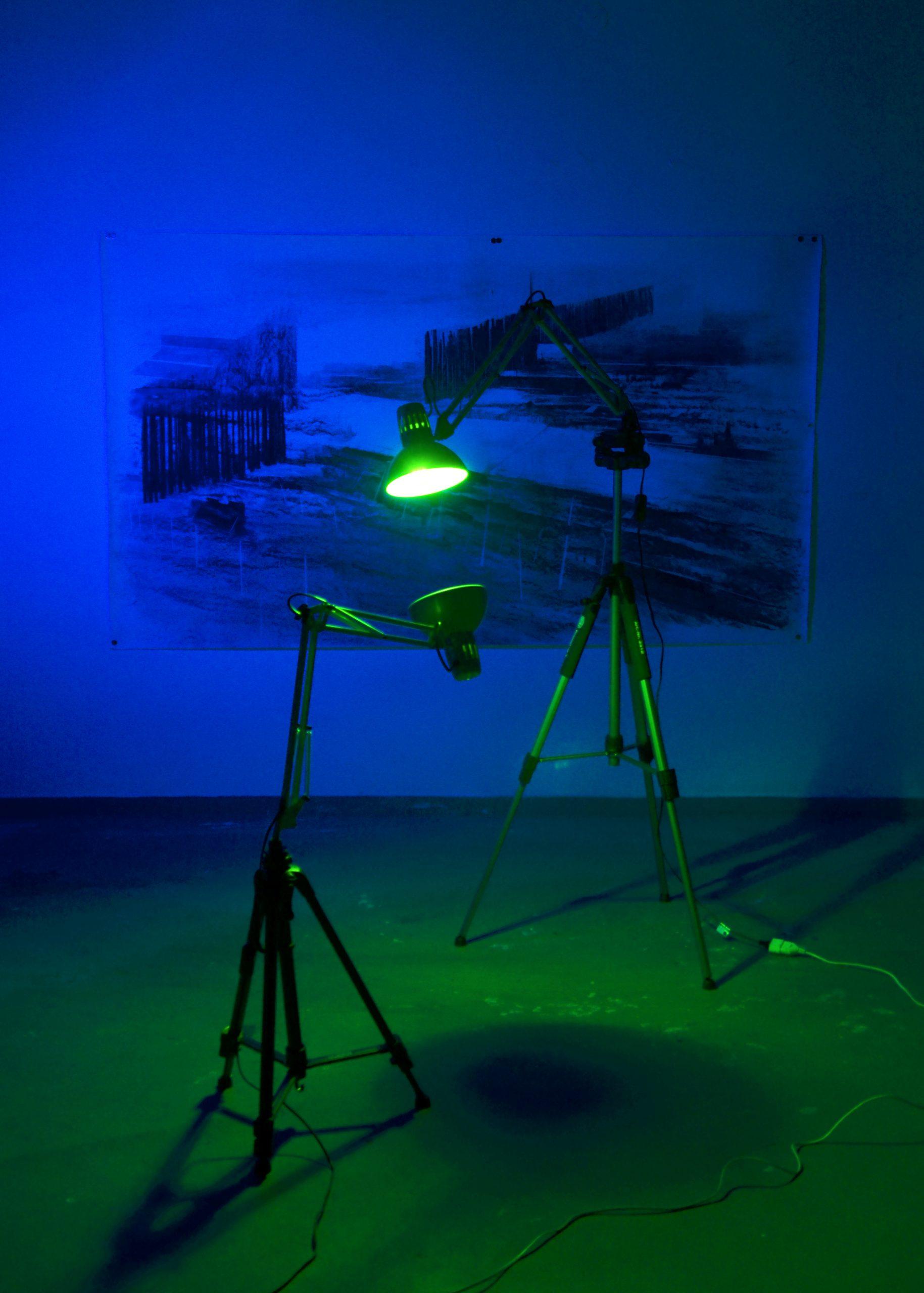 Κώστας-Παππάς-κατασκευή-μετταλικά-τρίποδα-χρωματιστά-φώτα-φωτιστικά-σχέδιο-210×120-κάρβουνο-σε-χαρτί
