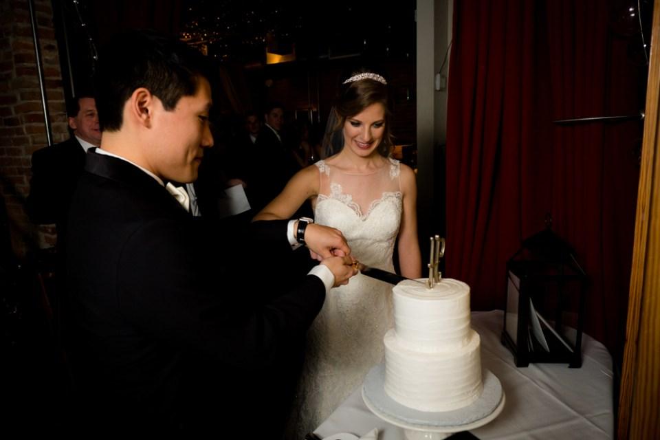 Cutting hte wedding cake