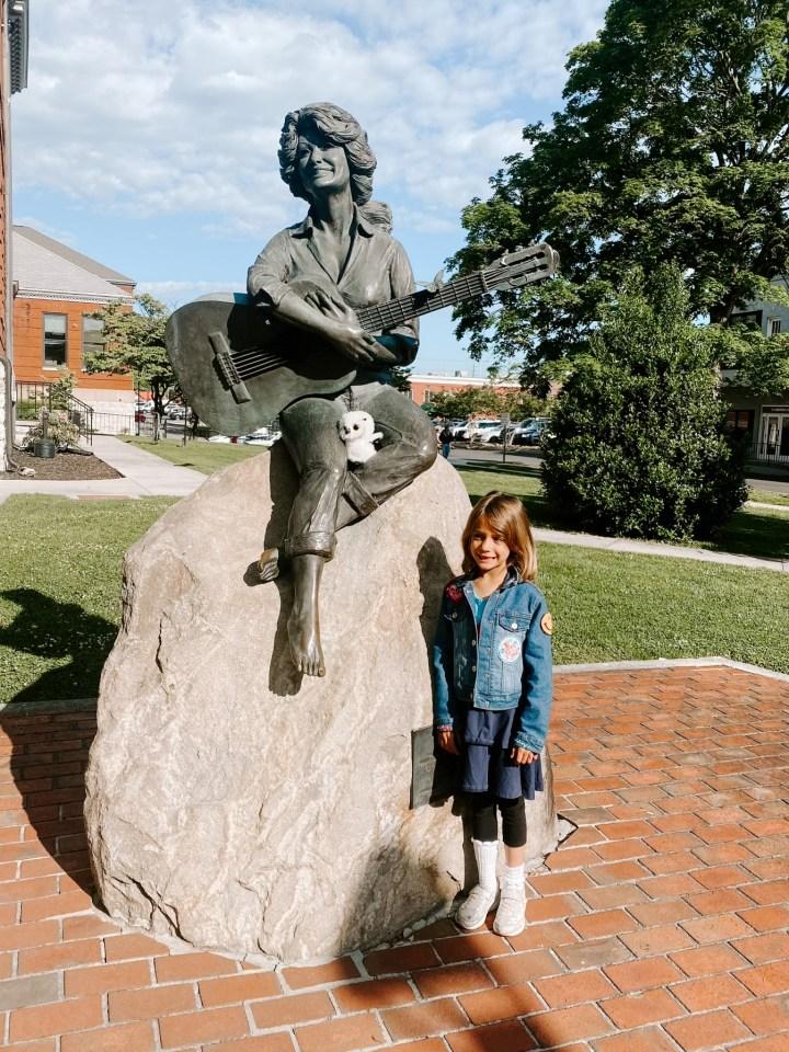 dolly parton statue sevierville
