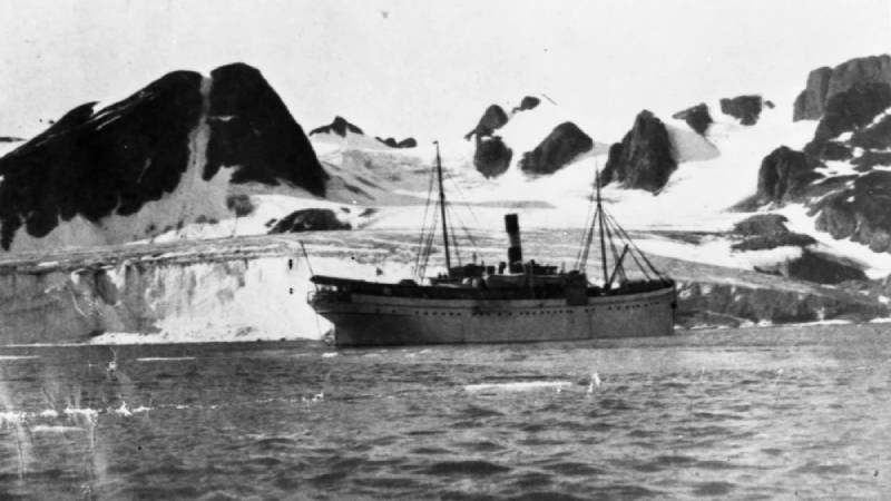 One of Hurtigruten's earliest ships, the SS Andenæs, and guests exploring Svalbard glacier in the early 1900s
