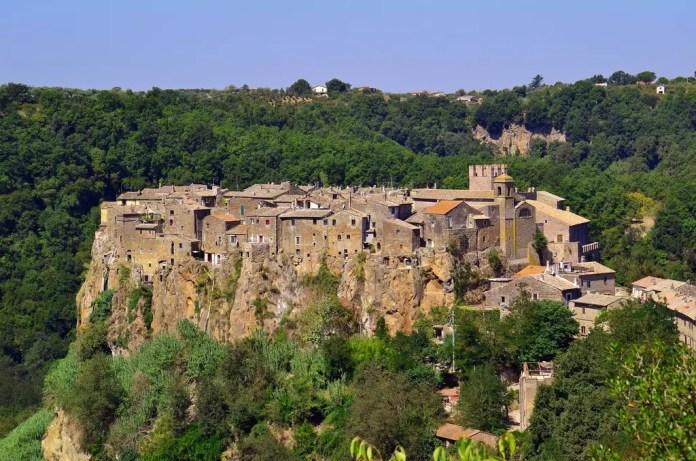Scoprire l'arte nei borghi del Lazio: la stravaganza di Calcata