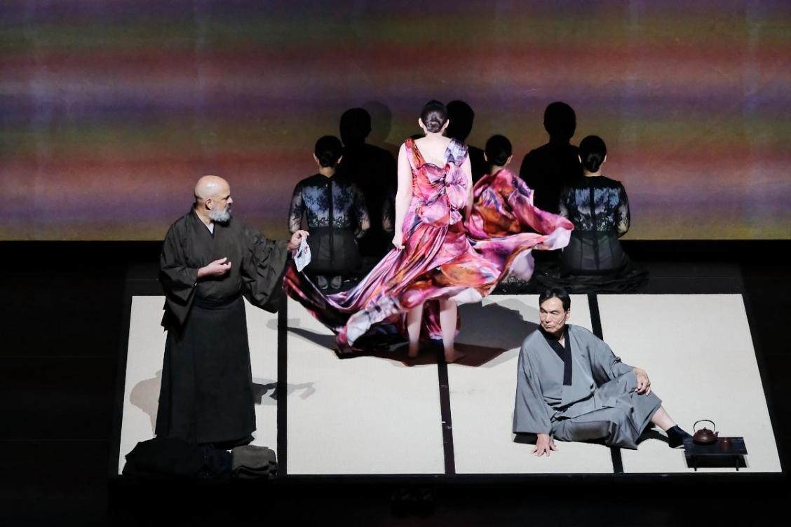 川端康成のオブセッションを共有。視覚、聴覚を常に刺激してくる舞台―――オペラ「眠れる美女~House of the Sleeping Beauties~」