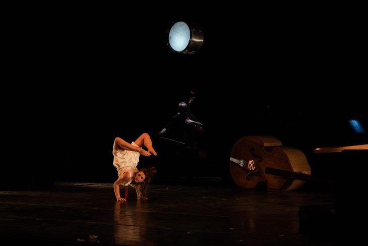 MasNada magdaclan circo orchestra senzaspine - contemporary circus - classical music - italy - contrabbasso contorsion - Note Fotografiche
