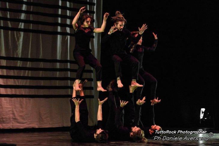 MasNada_magdaclan circo_ orchestra senzaspine_ contemporary _ circus_ italy_classical music - acrobats credits Daniele Aversano