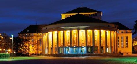 Außenansicht, Saarländisches Staatstheater mit abendlicher Beleuchtung, Foto © Marco Kany