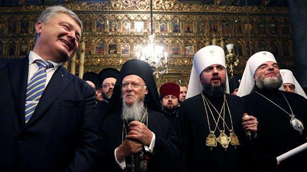 Президент Украины Петр Порошенко, митрополит Епифаний и Вселенский патриарх Варфоломей на церемонии в соборе Святого Георгия в Стамбуле, Турция