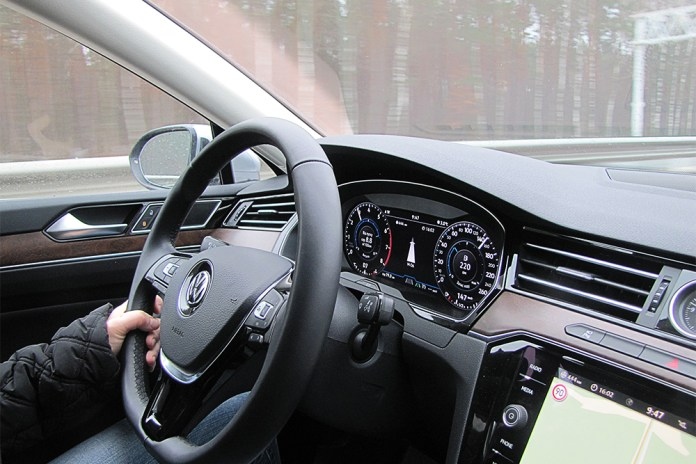 Тест Бизнесмен на большой дороге. Чем удивил Volkswagen Passat восьмого поколения в комплектации Premium R-Line - ФОКУС 4