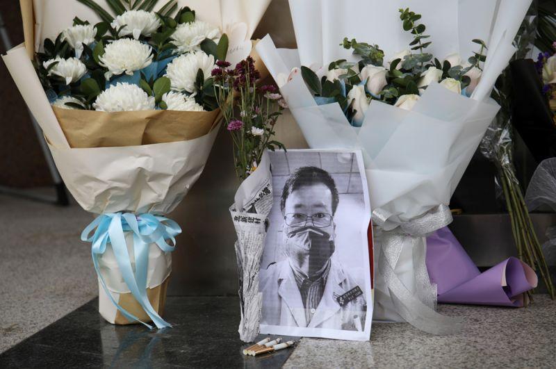 Цветы у входа в Центральную больницу Уханя в память о докторе Ли Вэньляне, враче, который одним из первых предупредил о вспышке коронавируса до того, как о ней было объявлено. Ли Вэньлян умер, заразившись коронавирусом.