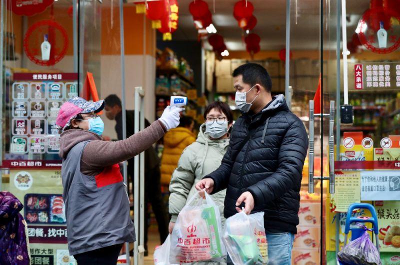 Покупатели в супермаркете в Ухане.