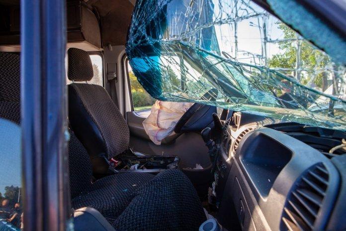 Водитель легкового авто от госпитализации отказался, ему оказали помощь на месте