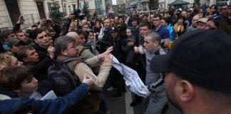 Под офисом Зеленского в Киеве собралась толпа его противников