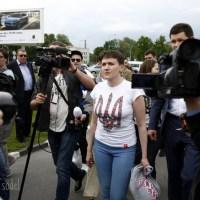 НАДЕЖДА В УКРАИНЕ: Забавное  фото с пресс-конференции, босиком по земле, сомнения в голодовке, восторг Вакарчука