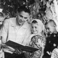 Сердце отдаю детям. Учитель Василий Александрович Сухомлинский  ежедневно встречал каждого ученика на пороге школы