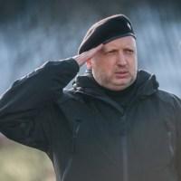 ЧОРНИЙ БЕРЕТ З КОКАРДОЮ. Навіщо  «пастору» Турчинову автомат і яке він має право наряджатись у військову форму?