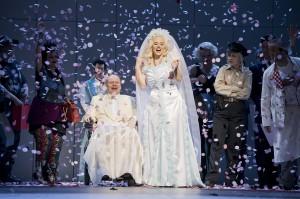 Ks. Hannes Brock (Marshall), Emily Newton (Anna Nicole), Katharina Peetz (Virgie)  ©Thomas M. Jauk / stage picture