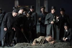 Claudius Muth (Tom, l.), Morgan Moody (Samuel), Sangmin Lee (Renato), Herrenchor  ©Thomas M. Jauk / Stage Picture
