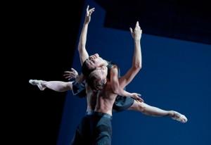 """b.17  Ballett am Rhein     """" 7 """"  ch.: Martin Schläpfer  (Gutav Mahler 7. Symphonie)-7_08_FOTO_GertWeigelt Martin Schläpfer: 7 – Marlúcia do Amaral, Marcos Menha © Gert Weigelt"""