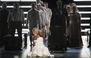 VORNE: Morenike Fadayomi (Aida) HINTEN: Boris Statsenko (Amonasro), Thorsten Grümbel (Il Re), Chor der Deutschen Oper am Rhein, Extrachor FOTO: Matthias Jung