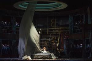 Sylvia Hamvasi (Elsa von Brabant), Chor der Deutschen Oper am Rhein © Matthias Jung
