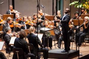Kazem Abdullah und das SINFONIEORCHESTER AACHEN/ Foto beim 1. Sinfoniekonzert 2012/2013 am 14. Oktober 2012 im Eurogress Aachen