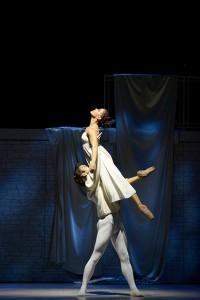 Aalto Ballett Essen: ROMEO UND JULIA - Choreographie: Ben Van Cauwenbergh Breno Bittencourt (Romeo), Yanelis Rodriguez (Julia) / Foto@ Bettina Stöß