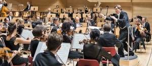 Foto mit Tomáš Netopil und den Essener Philharmonikern (Foto: Saad Hamza)