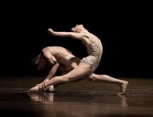 """Foto aus Kyliáns Choreografie """"Petite Mort"""" (© Gert Weigelt)"""