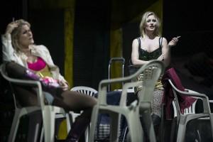 Ashley Thouret (Zweite Nichte), Tamara Weimerich (Erste Nichte) ©Thomas M. Jauk / Stage Picture GmbH