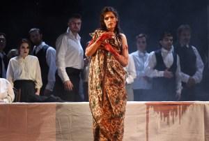 Lucia di Lammermoor/ Oper am Rhein/ Adela Zaharia (Lucia), Chor. Foto: Hans Jörg Michel