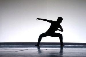 """Wataru Shimizu in """"Tuplet"""" - Teil des Ballettabends """"3 BY EKMAN"""" mit Werken von Alexander Ekman_AALTO BALLETT ESSEN"""