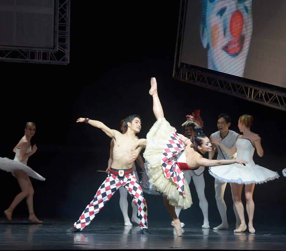 """Wataru Shimizu und Yanelis Rodriguez als Circus couple, Ensemble in """"Tyll"""" - Teil des Ballettabends """"3 BY EKMAN"""" mit Werken von Alexander Ekman_AALTO BALLETT ESSEN / Foto @ Bettina Stöß"""