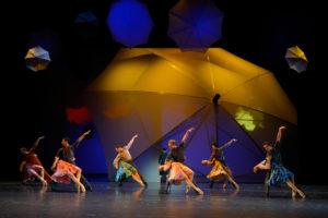 """Ensemble in """"La vie en rose"""", Ballett von Ben Van Cauwenbergh (Aalto Ballett Essen) Foto ©Bettina Stöß"""