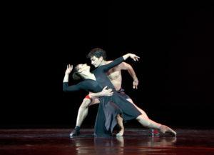 """Adeline Pastor und Davit Jeyranyan in """"La vie en rose"""", Ballett von Ben Van Cauwenbergh (Aalto Ballett Essen) Foto @ Bettina Stöß"""