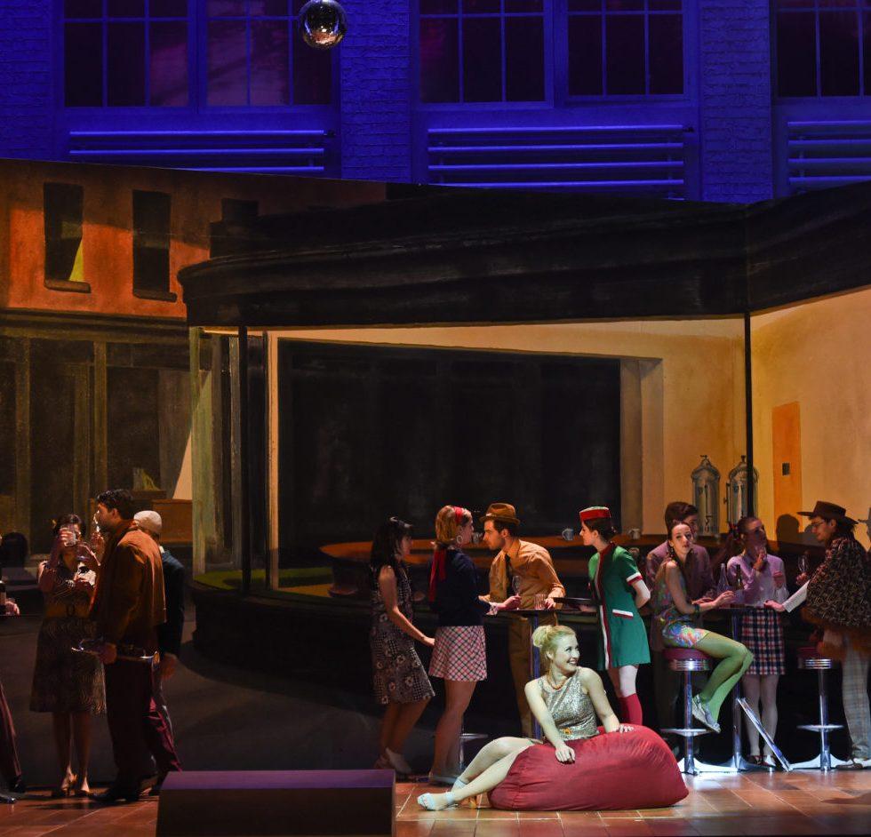Deutsche Oper am Rhein/Don Pasquale/ Lavinia Dames (Norina), Richard Šveda (Doktor Malatesta), Statisten FOTO: Hans Jörg Michel