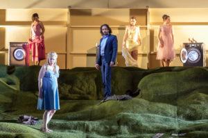 Oper Leipzig/ Herzog Blaubarts Burg/ Herzog Blaubart (Tuomas Pursio), Judith (Karin Lovelius)/ Foto © Tom Schulze
