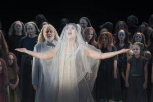 Staatsoper Unter den Linden/ LES PÊCHEURS DE PERLES Premiere am 24. Juni 2017/ Olga Peretyatko-Mariotti (Leïla), links davon Wolfgang Schöne (Nourabad) und Chor/ Foto: Donata Wenders