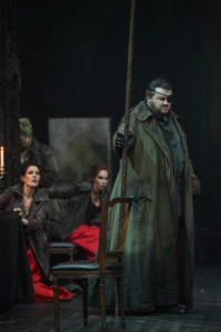 Theater Duisburg/DIE WALKÜRE/ VORNE: James Rutherford (Wotan) HINTEN: Katharina von Bülow (Grimgerde), Evelyn Krahe (Schwertleite) FOTO: Hans Jörg Michel