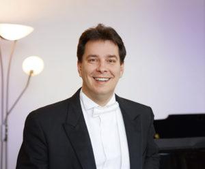 Domonkos Héja Generalmusikdirektor/ Foto @ Nik Schölzel